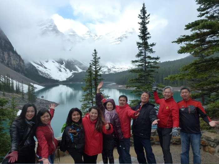 9人组在加拿大洛基山脉的超大型自然风景区,度过了美不胜收的旅程。