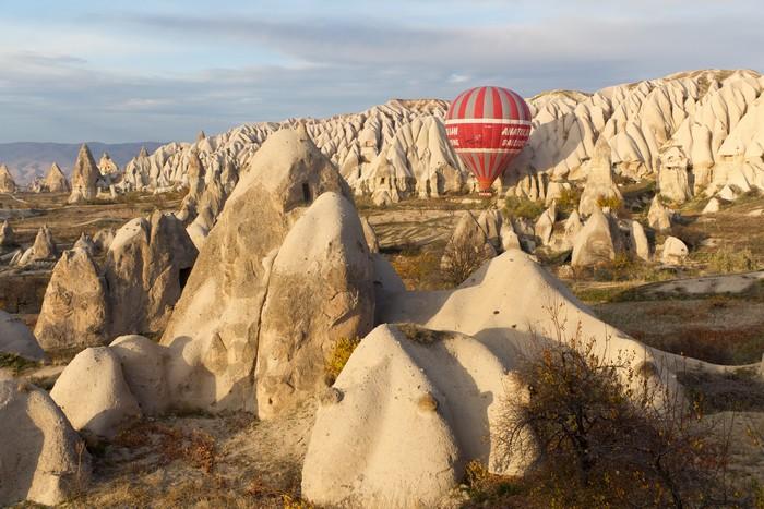 乘坐热气球穿越独特的山谷