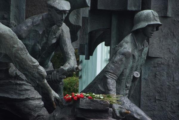 与其他城市不同的是,纪念雕像前的花永远新鲜,献花的人从不间断。