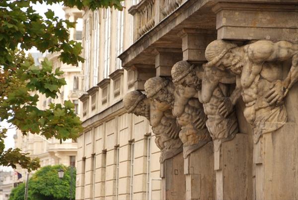 华沙似一所露天博物馆,雕像林立在各个角落。