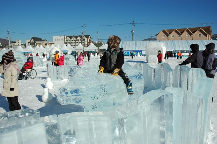 韩国自助游,参与当地社区的雪祭活动,好不热闹。