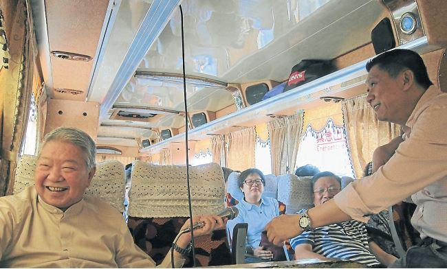 在巴士上,蔡澜(左)和李桑(右)的互动,带动团友友的欢乐情绪。