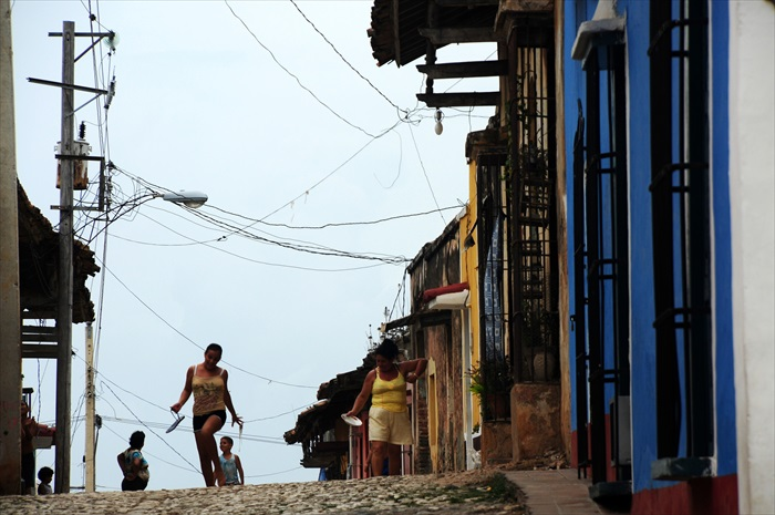 古巴人热爱音乐和舞蹈,平时动作轻盈宛如在跳舞。