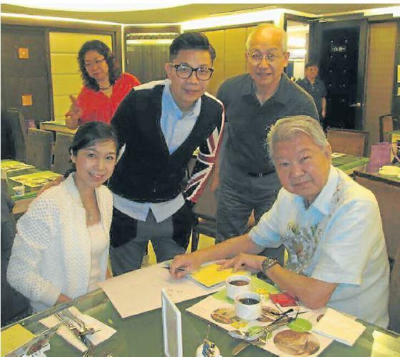 蔡澜(右)的魅力人气无法挡,团友纷纷把握机会索取他的签名名和拍照。