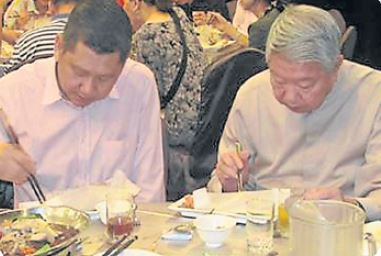 这一趟台湾行,蔡澜(右)和李桑,一起用餐的同时,也相互交换心得。