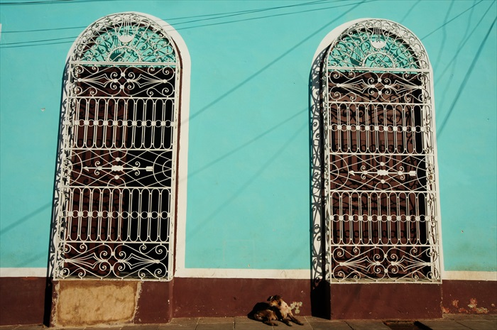 特立尼达的房子没有玻璃窗户,以手工精致的铁花为透风窗户。