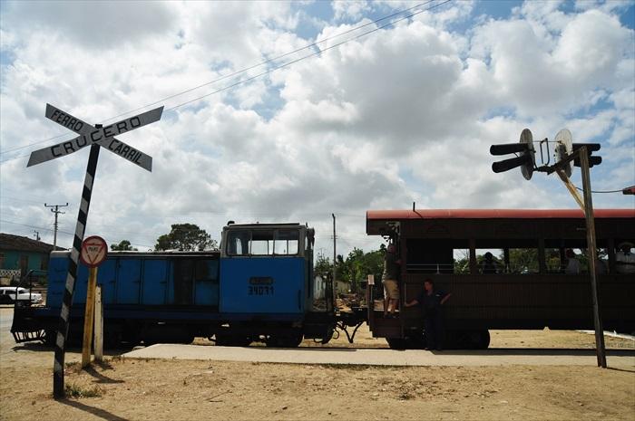 这是前往Valley de los Ingenios山谷已改为游览车的木造火车。