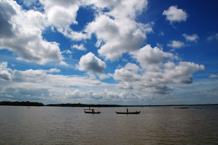 蓝天白云的大自然水乡景致。