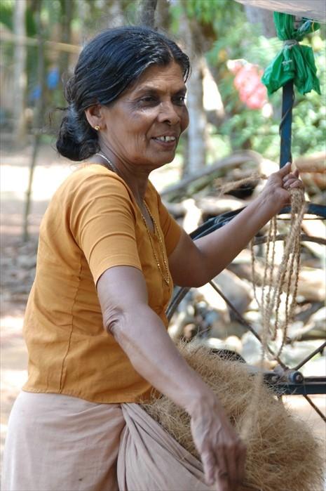 正在制作麻绳的老妇。