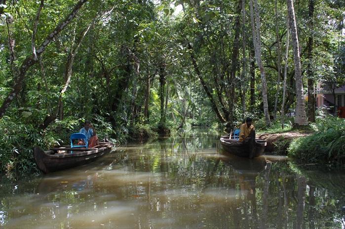 窄小的河道,船伕在等待游客乘船。