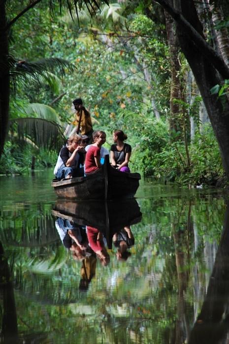 我们就是这么乘着小舟,在水道细赏景色。