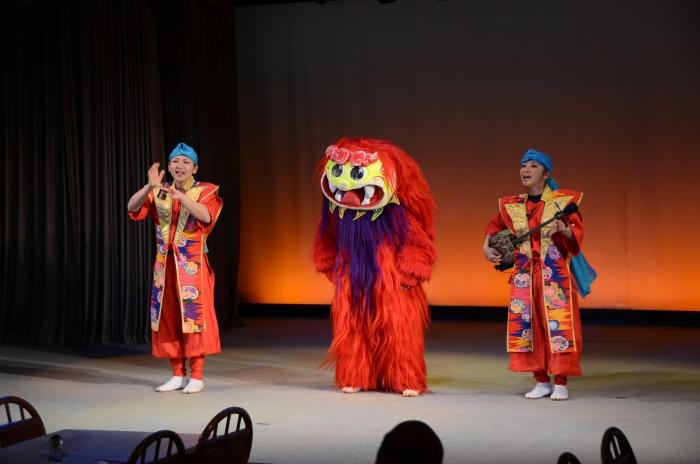 Q版风狮爷在台上逗趣惹笑。