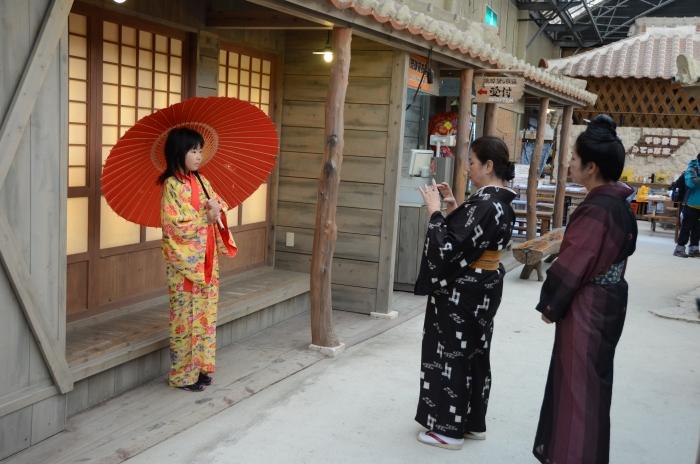游客可以付费穿琉装拍照留念。