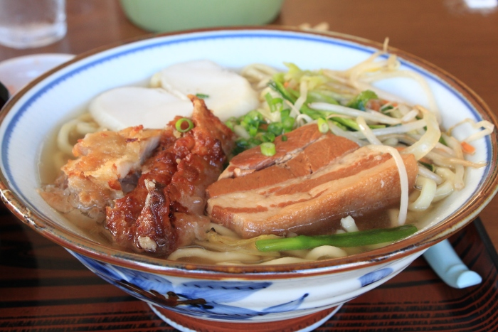 红烧猪肉面 红烧猪肉面是琉球传统面食,面条特别滑,红烧猪肉放进嘴里就化开,非常销魂。
