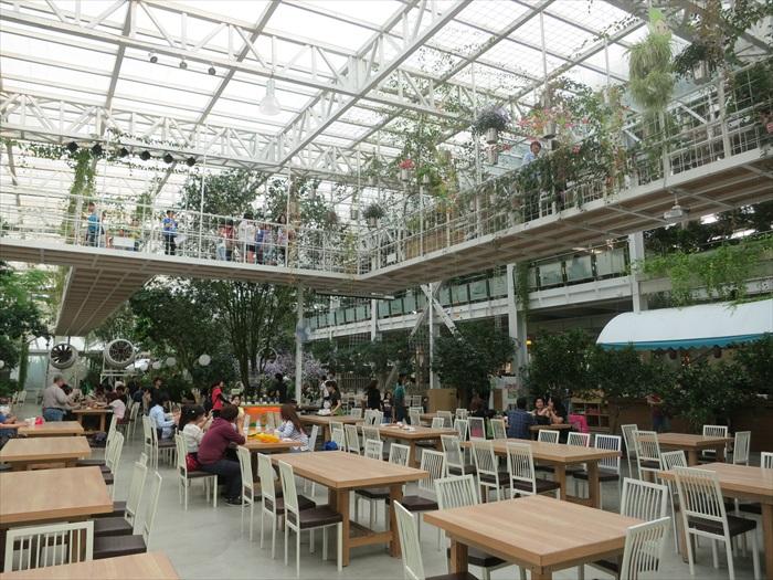 餐饮区景观,上方为天空步道。