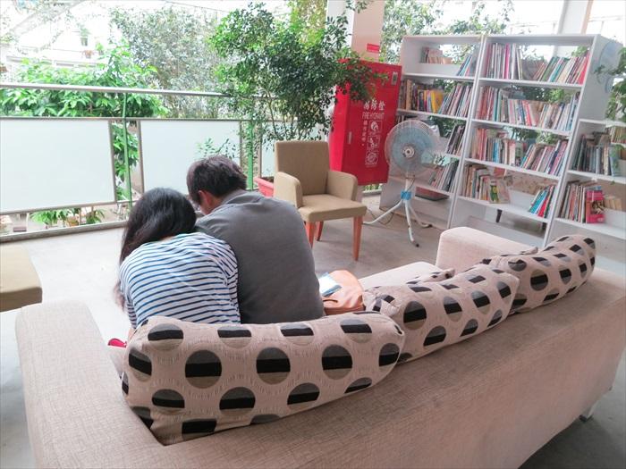 情侣窝在书香区闻花香看书谈情,好诗意。