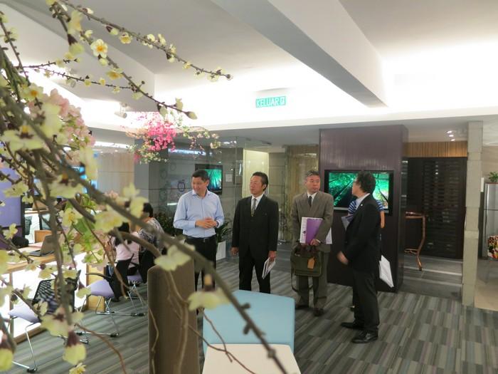 参观附有樱花装饰的蘋果亚洲柜台。