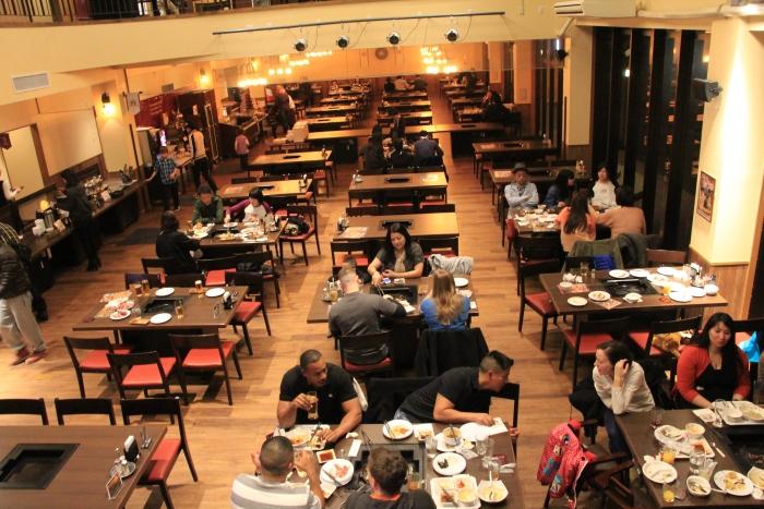 """餐馆空间宽敞,让食客们""""烤""""得舒服。"""