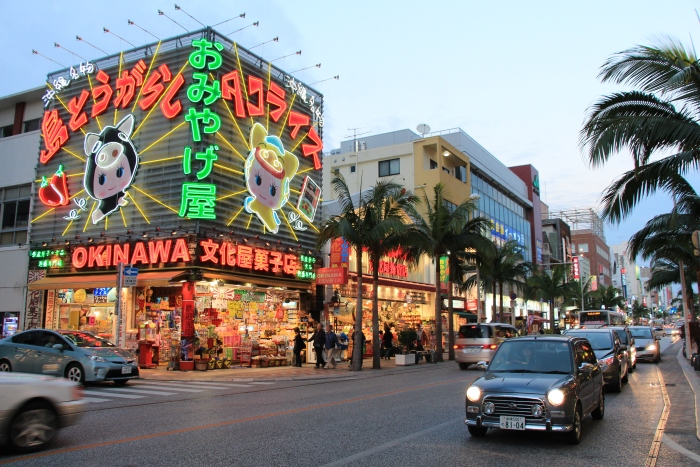 入夜的国际通灯火灿烂,非常热闹,整条街土产店很多,价格都相差不远。