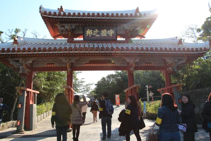 """首里城的入口处——守礼门,上方挂着""""守礼之邦""""匾额,彰显琉球子民守礼温顺的文化特质。"""