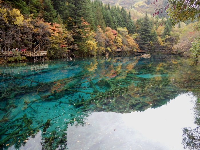 """五彩缤纷的五花海,位于日则沟孔雀河上游的尽头,景色绚丽随着季节不停变换,有""""九寨沟一绝""""的美誉。"""