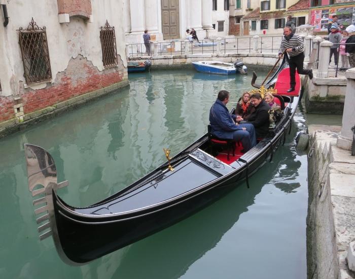 小弟经济吃紧,虽乘坐贡多拉更能感受水都之魅,我还是依靠我的双腿好了。