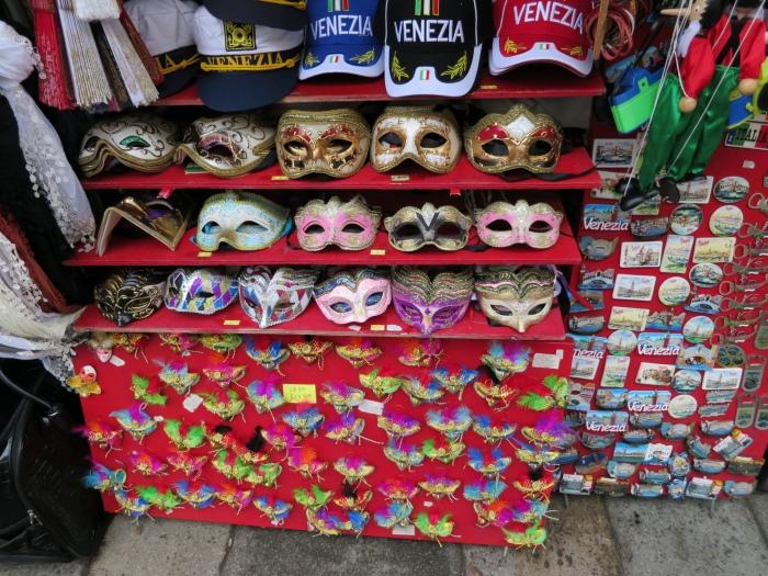 当年人们就是依靠面具掩饰身份,恣意狂欢。