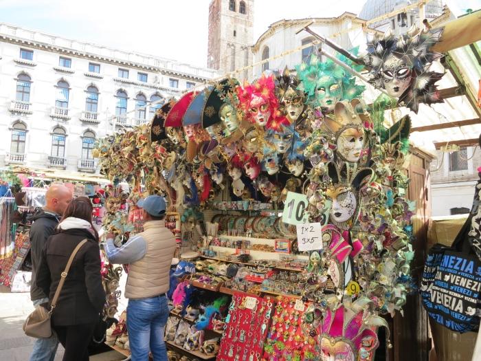 威尼斯面具在当地随处可见。