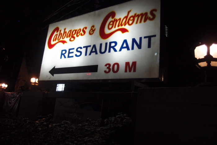 依照指示走,餐厅就在你右边不远处。