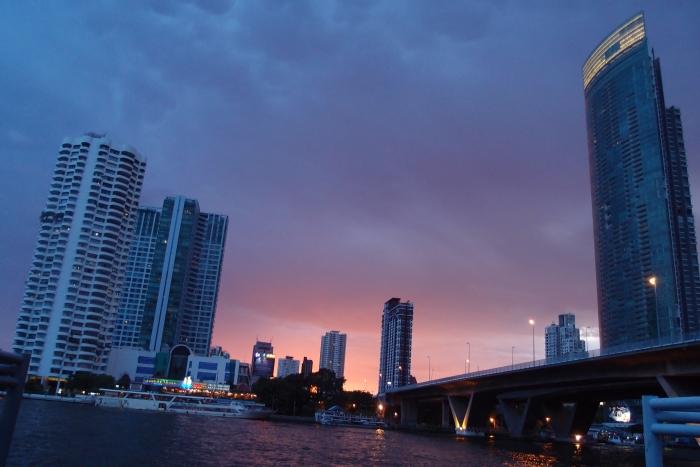 在码头等待船靠岸,遇上美丽的黄昏。