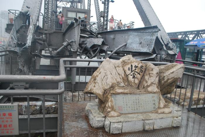 鸭绿江断桥尾端,历史的痕迹处处可见。