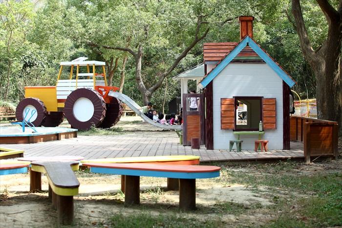 园区内的装潢、建设强调统一主题性。