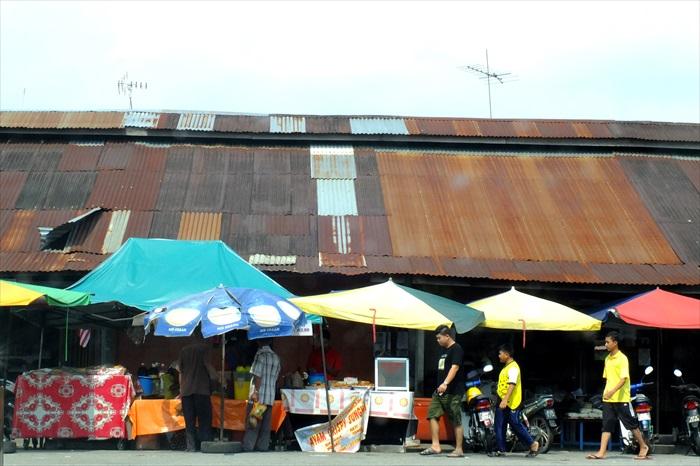 乡镇另一独特风光是锌片木板店屋。