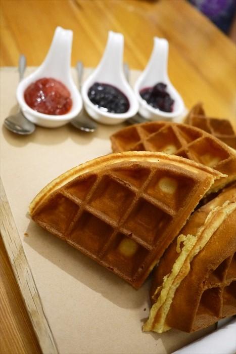 鬆饼配上自製的新鲜草莓、蓝莓、蔓越梅酱,吃几块都不腻。