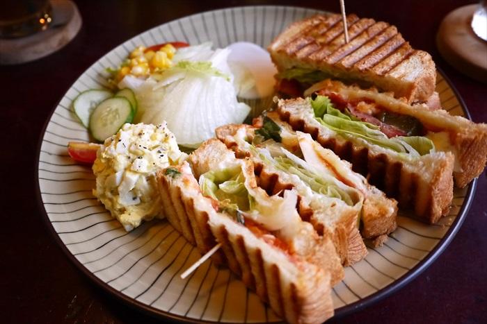 烤过的帕尼尼三明治。