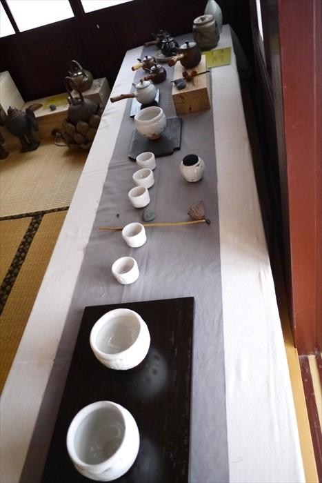 馆内摆设整齐的茶具展示。