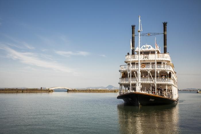 """琵琶湖上的""""密西根""""号游览船乃仿照美国密西根州之密西根湖游览船之模型。"""