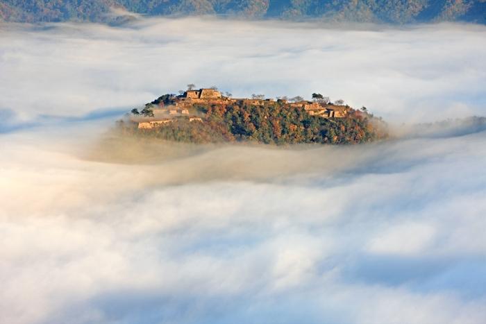 在一片云海中,一座古老的城堡出现在一片晨光中,那如梦似幻般的美令人有如身置天堂。