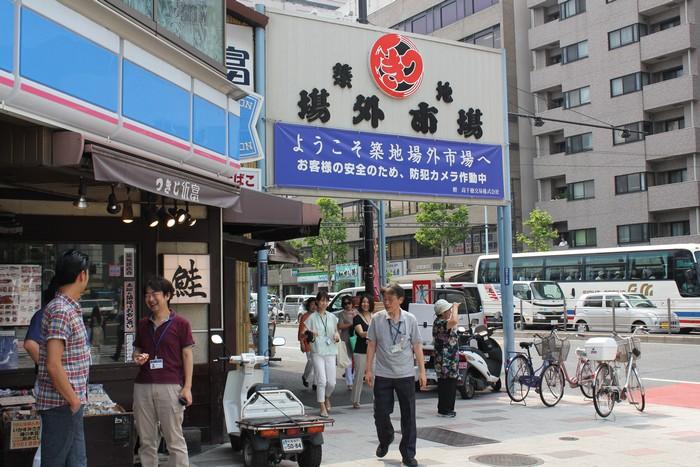 筑地市场共分两部分,场内市场为批发商拍卖场,而场外市场则作为零售场。