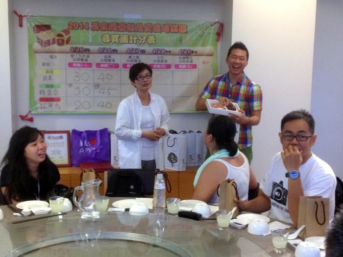 台湾休闲农业发展协会行销总监邱翔羚(左)与福湾庄园执行人许华仁共同宣布成绩。