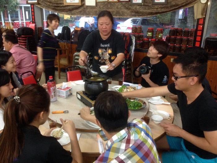 此行最后一站—在田妈妈古早鸡餐厅,与被饲养在荔枝园内、最后被捧上餐桌的土鸡相见。