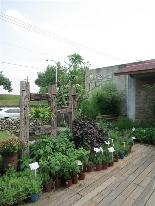 如简介所说,园区以木、草、花、水、石作为主要元素。
