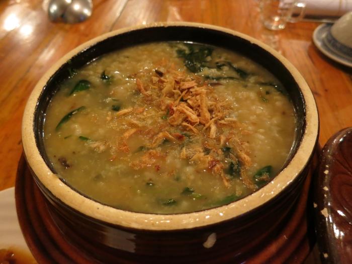 开动了!第一道菜是野菜宴。粥里拥有多种不知名野菜以及香菇,拥有浓郁且亲切的菜香味。