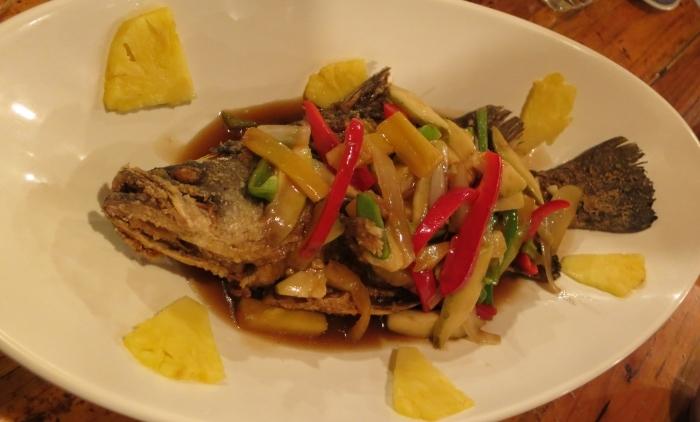 水果红烧鱼:炸鱼此时不是重点,重点是以多种水果烧成,味道酸酸甜甜的大坑独家酱汁。