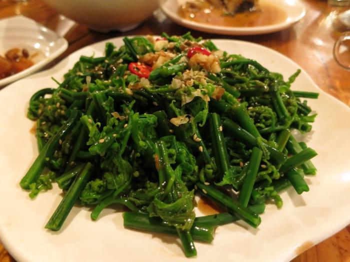 凉拌过山猫:过山猫其实就是我们常吃的芭菇菜。凉拌做法让炎炎大热天带来清凉感。