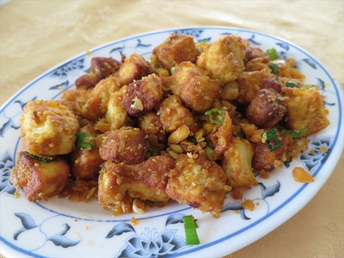 金沙豆腐:用咸蛋黄炒出来的豆腐,是下饭上品!