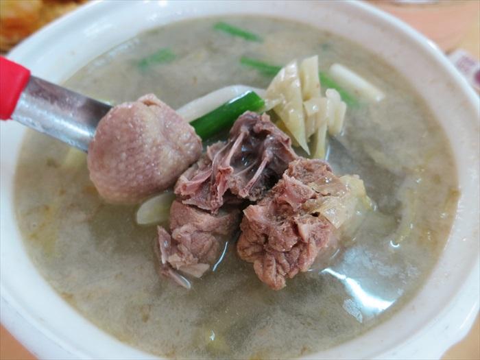 酸菜鸭:台湾人偏淡的口味,在这道汤品上展现无遗。虽略淡,但却因而更能感受到鸭肉香气。