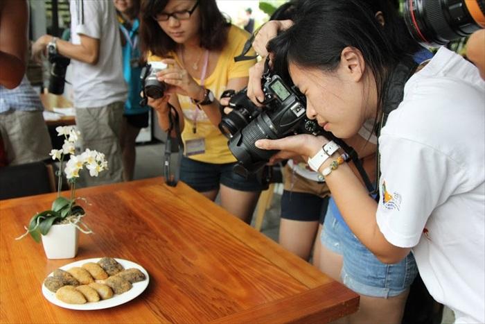 食物上桌时,媒体们都先让相机吃。