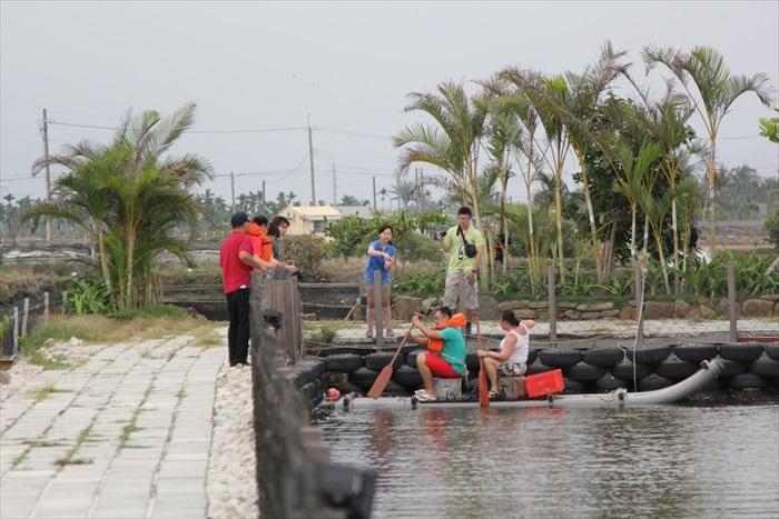 划船非常考验默契,我相信木筏上的两位是足够的XD