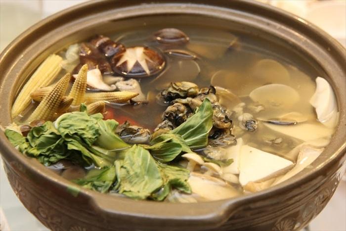 黄金野蚵干贝丸锅:鲔鱼、旗鱼、大量蔬果还有其他海鲜让汤头鲜甜之极。